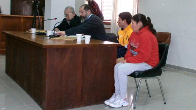 Seguirán presos una mujer y su hijo acusados de vender droga