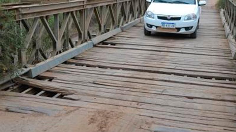 La calzada de madera del puente Bailey comenzó a romperse