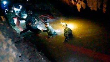 Tercer día de rescate de los chicos de la cueva: lluvias complican las tareas