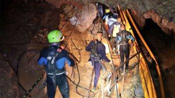 Final feliz en Tailandia: rescataron de la cueva a los 12 chicos y su entrenador