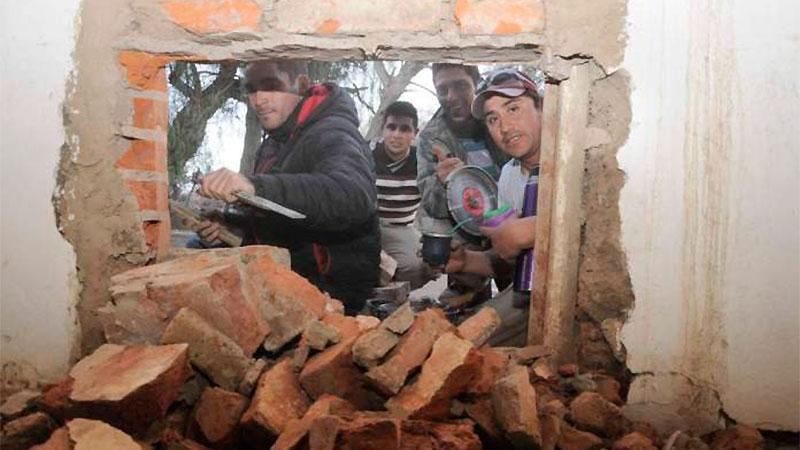 Los albañiles solidarios construyeron la sexta estufa.-