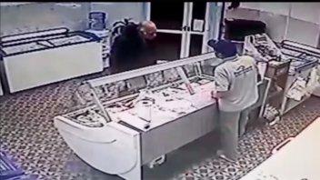 VIDEO: Con la excusa de la virulana, ahora estafó a una pescadería