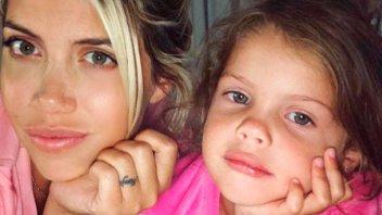 Ruleros, maquillaje y flash: La hija mayor de Wanda, modelito infantil
