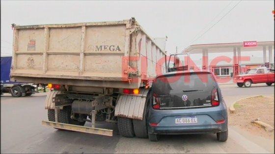 Conductora pretendió girar a la derecha y chocó contra un camión
