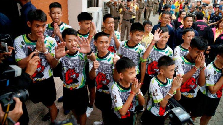 Los niños rescatados de una cueva en Tailandia salieron del hospital
