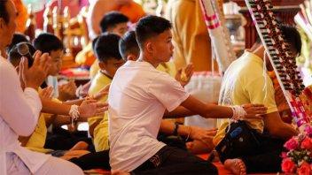 Los niños de la cueva en Tailandia participaron en una ceremonia budista