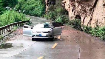 Video: Piedra se desprende de la montaña y aplasta un auto pero sobreviven