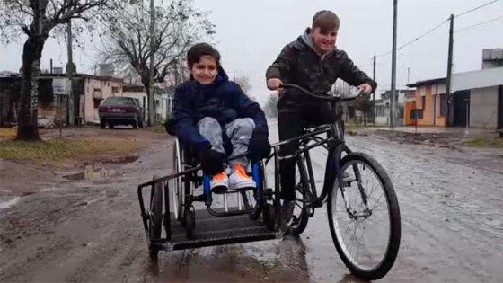 Amor y amistad: Quería andar en bici con su amigo en silla de ruedas y lo logró