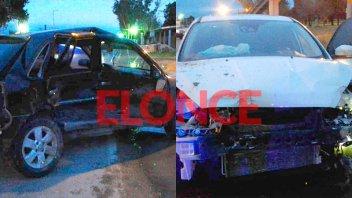 Dos autos chocaron sobre un puente en el ingreso a Paraná y hay un herido