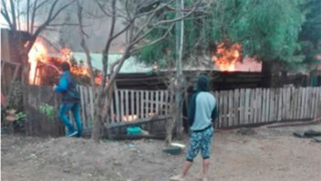 Incendio consumió la vivienda de madera de una mujer de 80 años