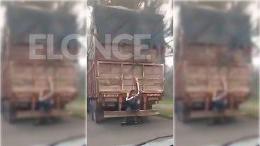 Video: Registran el viaje de una persona sentada en el paragolpe de un camión