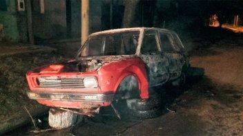 En moto, dos sujetos arrojaron una bomba molotov sobre un vehículo