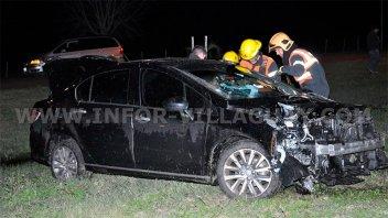 Conductor destrozó su auto al embestir contra dos columnas de alumbrado