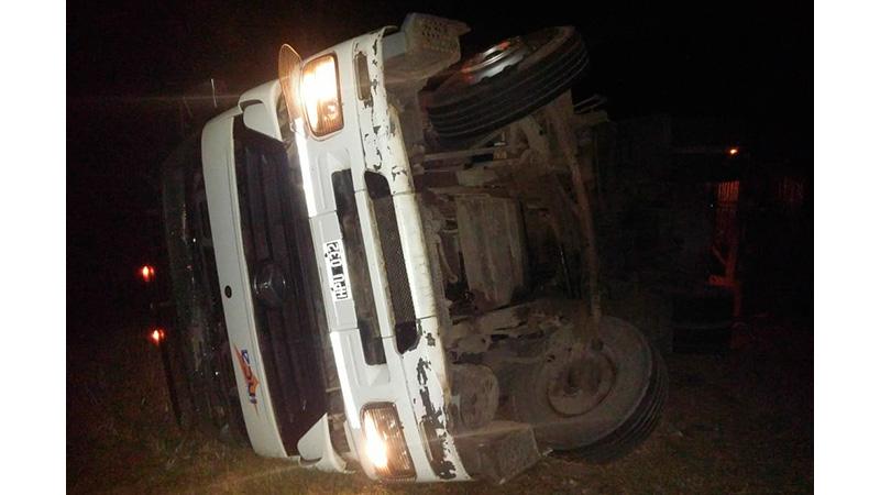 Camión que transportaba madera diseminó su carga sobre la Autovía Artigas