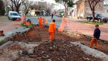 Realizan trabajos de bacheo y reconstrucción de badén sobre calle Feliciano