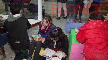Alumnos donaron libros y contaron cuentos a niños en el hospital San Roque