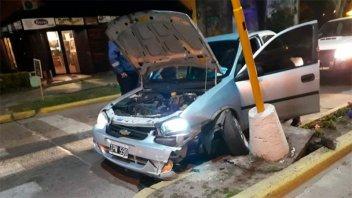 Joven conductor destrozó su auto al chocarlo contra una columna