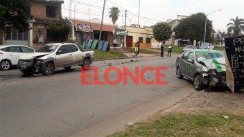 Fotos de choque en avenida Zanni: Un remis casi se incrustó en un comercio