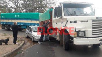 Camión con acoplado embistió un auto cuando dobló: Dijo que no observó el guiño