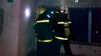 Mujer sufrió quemaduras y casi muere asfixiada al incendiarse su vivienda