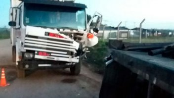 Camión chocó un acoplado estacionado y el conductor debió ser hospitalizado