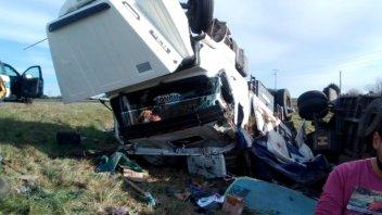 Camión que transportaba piedras despistó y volcó en la ruta