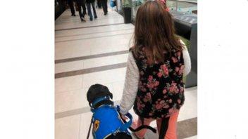 Echaron a una niña autista de un restaurante por estar con su perro guía