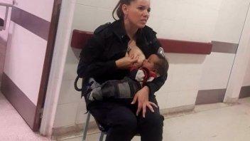 Tierna postal: Una mujer policía amamantó a un bebé internado