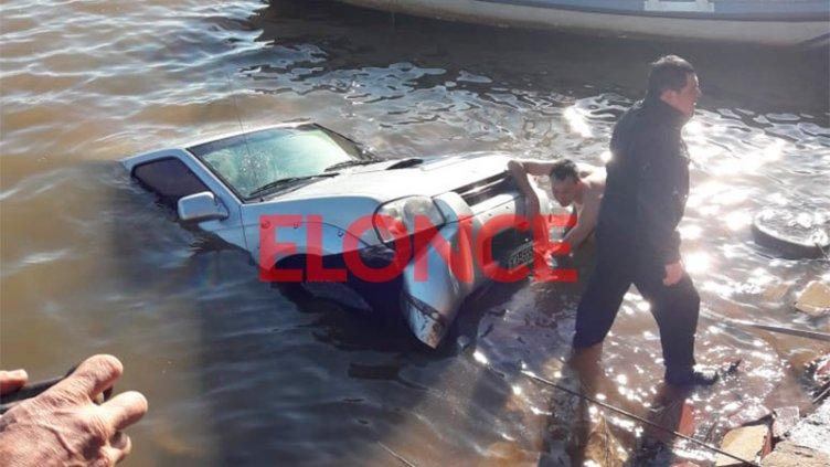 Video y fotos: Camioneta terminó sumergida en el río cuando bajaba una lancha