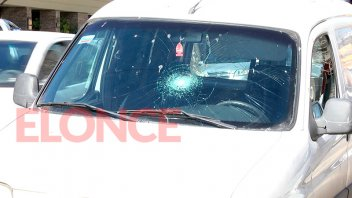 Atropelló a inspector de tránsito y lo llevó casi una cuadra sobre el capot
