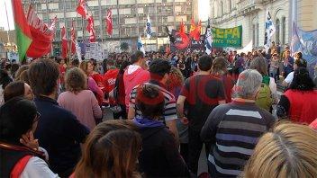 Docentes y estudiantes marcharon en defensa de la universidad pública