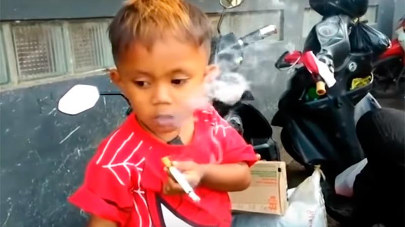 Asombro por pibe de 2 años que fuma 40 cigarrillos por día
