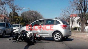 Dobló en U en avenida Zanni y provocó un accidente: Motociclista sufrió heridas