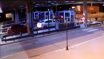 Video: Camión destrozó la losa del techo del peaje del Túnel Subfluvial