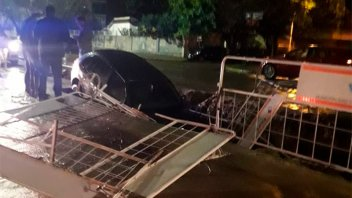 Dos autos cayeron en sendos pozos señalizados por obras