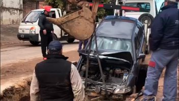 Video: Así sacaban el auto que cayó en un pozo en avenida Ramírez