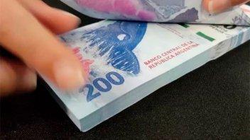 En un tren, anciano repartió billetes de 200 pesos con un particular mensaje