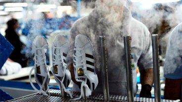 Otra empresa que produce para Adidas suspendió 600 trabajadores