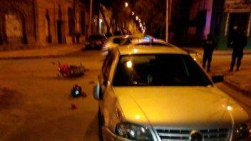 Choque entre un auto y una moto dejó dos personas lesionadas
