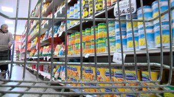 Quebró una cadena de supermercados y 1.200 empleados están en vilo