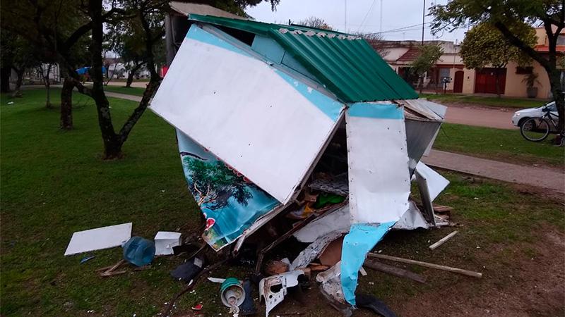 Un carrito panchero fue destrozado por un vehículo que se dio a la fuga