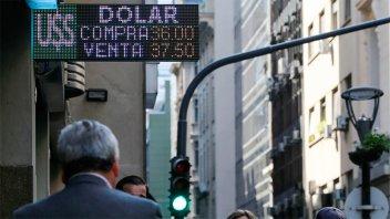 El dólar cayó y sigue debajo del piso pese a la intervención del Banco Central