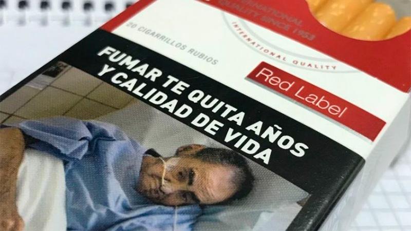 Demanda millonaria a tabacaleras por foto de un familiar muerto
