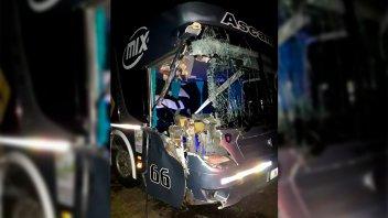 Importantes daños materiales ocasionó el choque entre un colectivo y un camión