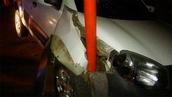 Perdió el control del auto y chocó contra un poste de alumbrado