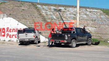 Dos camionetas chocaron en Blas Parera: Una terminó contra el puente