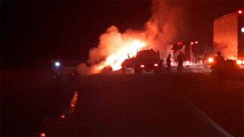 Un auto impactó contra un camión y se incendió: Falleció su conductor