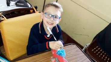 Video: Niño con parálisis da sus primeros pasos, mientras sus amigos lo alientan
