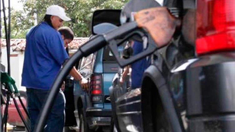 Las naftas en Argentina cuestan 32% más caras en dólares que hace tres meses