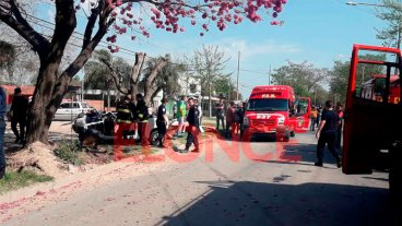 Lamentable: falleció uno de los ocupantes del vehículo que chocó contra el árbol
